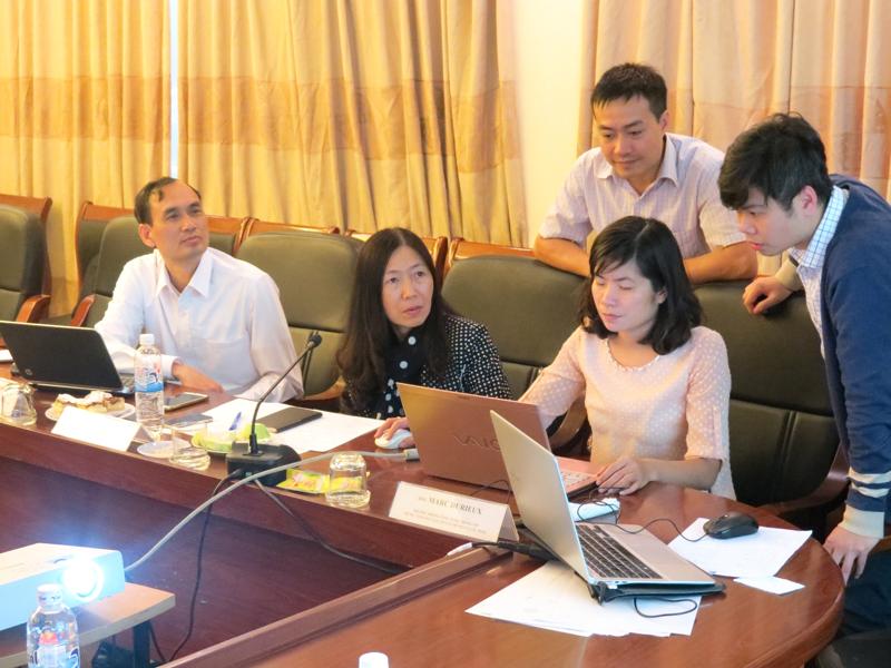 Giảng viên làm việc với các chuyên gia kỹ thuật để hoàn thiện bài giảng trực tuyến