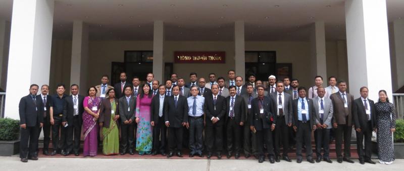 Học viên chụp ảnh lưu niệm với lãnh đạo Học viện và Đại sứ Băng-la-đét tại Việt Nam