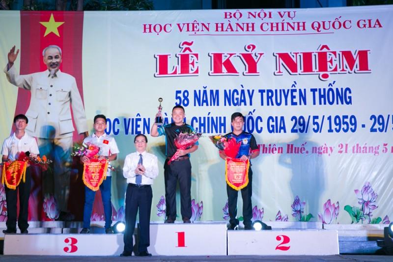 NGƯT. PGS.TS. Triệu Văn Cường trao giải cho các đội môn bóng đá