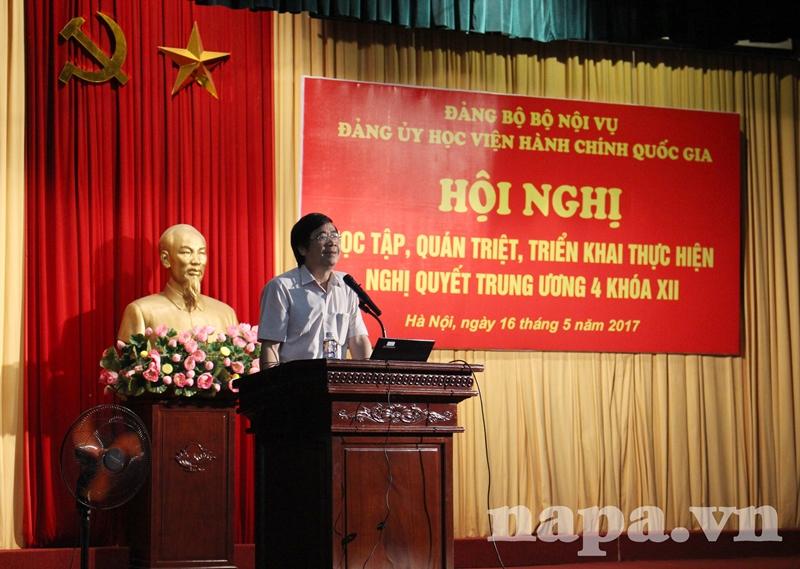 PGS.TS. Nguyễn Minh Tuấn báo cáo tại Hội nghị