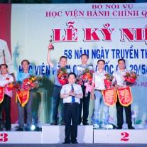 TS. Lê Như Thanh trao giải cho các đội đoạt giải môn quần vợt (đôi nam)