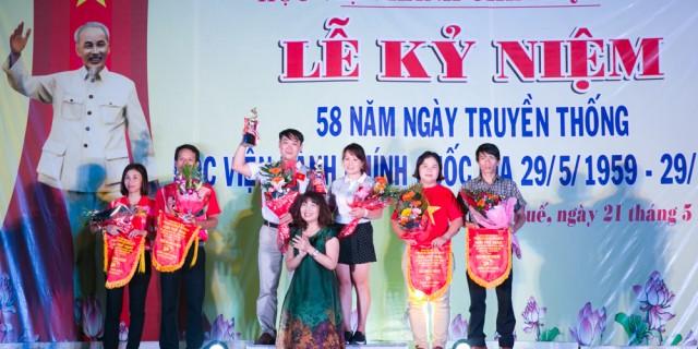 PGS.TS. Lê Thị Vân Hạnh trao giải cho các đội đoạt giải môn cầu lông (đôi nam - nữ)