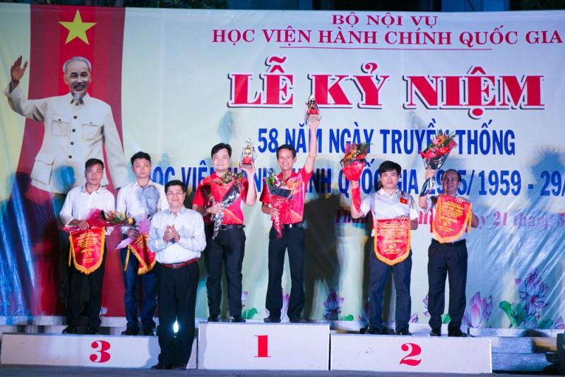 TS. Phạm Quang Huy trao giải cho các đội đoạt giải môn cầu lông (đôi nam)