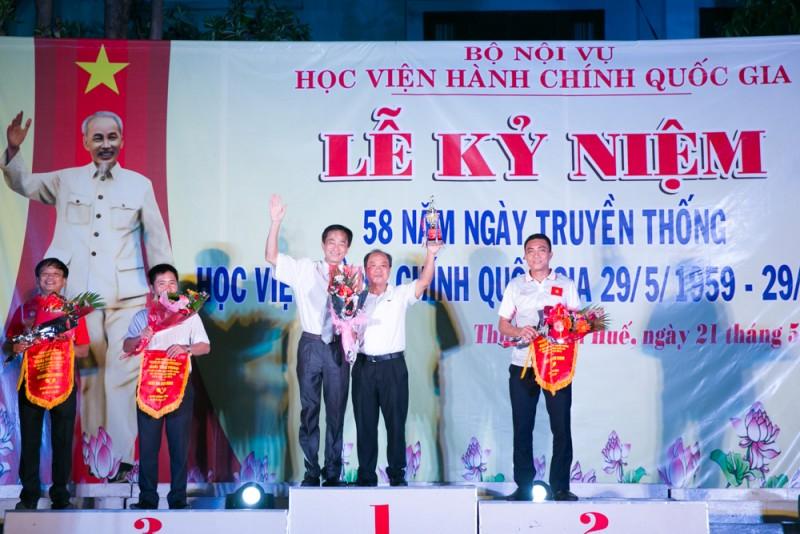 TS. Chu Xuân Khánh trao giải cho các đội đoạt giải môn bóng bàn (đơn nam)