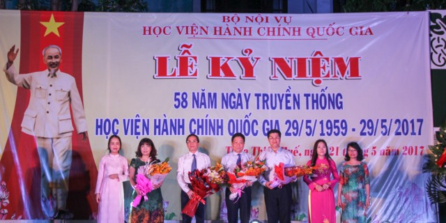 Ban lãnh đạo Học viện nhận hoa chúc mừng từ đại diện cán bộ, giảng viên Cơ sở Học viện khu vực miền Trung
