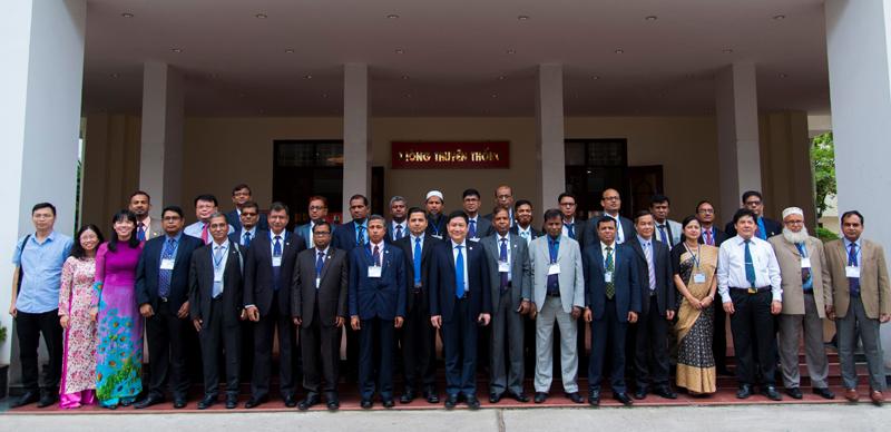 Học viên chụp ảnh lưu niệm với lãnh đạo Học viện và đại diện Đại sứ quán Băng-la-đét tại Việt Nam