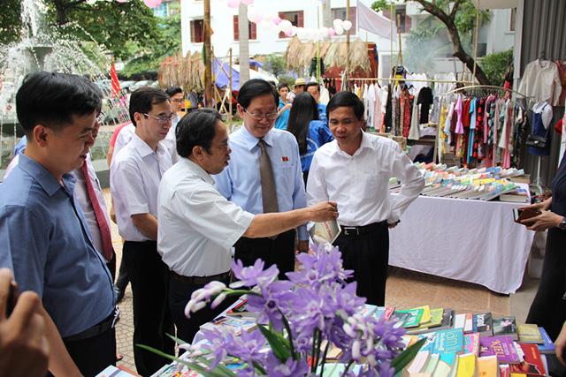 Bộ trưởng Bộ Nội vụ Lê Vĩnh Tân và Thứ trưởng Triệu Văn Cường đến tham quan Hội chợ