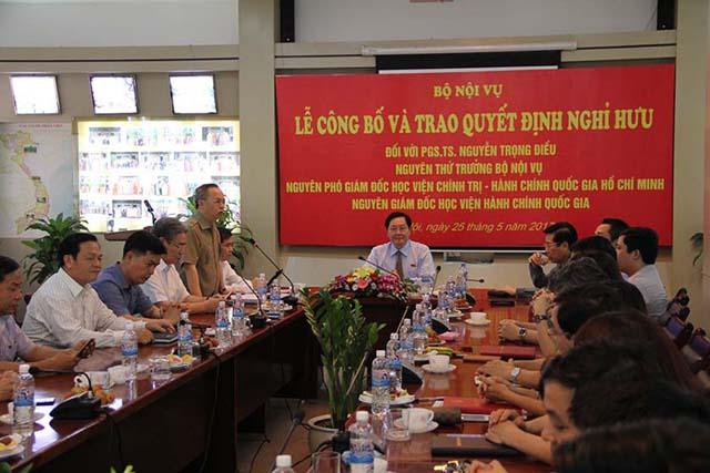 Đồng chí Nguyễn Quốc Khánh - Vụ trưởng Vụ Tổ chức Cán bộ, Bộ Nội vụ công bố quyết định nghỉ hưu đối với PGS.TS. Nguyễn Trọng Điều.