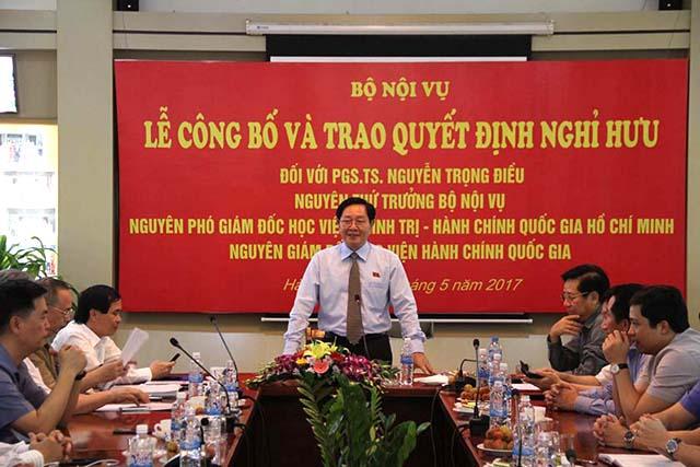 Đồng chí Lê Vĩnh Tân – Bộ trưởng Bộ Nội vụ trao quyết định nghỉ hưu của Ban Bí thư cho PGS.TS. Nguyễn Trọng Điều