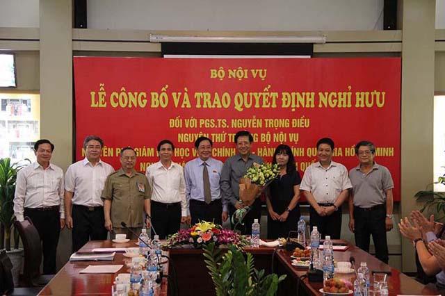 Lãnh đạo Bộ Nội vụ và Lãnh đạo Học viện Hành chính Quốc gia tặng hoa PGS.TS. Nguyễn Trọng Điều