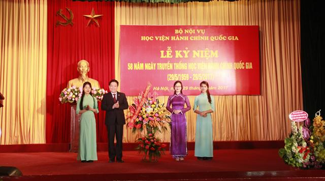 Sinh viên các khóa gửi tặng lẵng hoa tri ân đến ban Giám đốc và các thầy cô trong Học viện nhân dịp buổi Lễ kỷ niệm thành lập