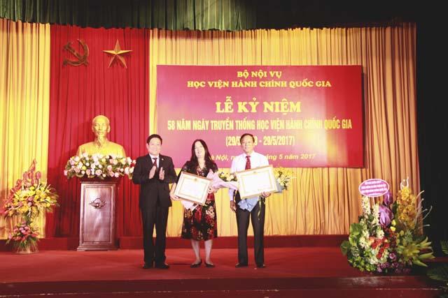 TS. Lê Như Thanh trao Huân chương Lao động hạng Nhất và Ba cho 2 đồng chí: ThS. Vũ Văn Thành và ThS. Nguyễn Thị Châm