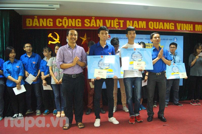 Ban Tổ chức trao giải nhì cho các thí sinh