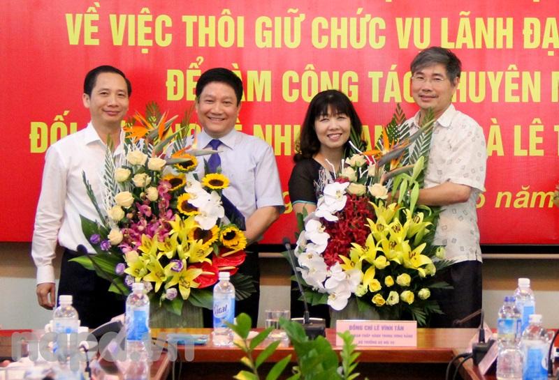 Các đơn vị trong và ngoài Học viện tặng hoa cho TS. Lê Như Thanh và PGS.TS. Lê Thị Vân Hạnh