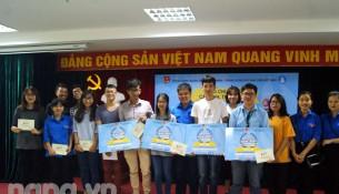 Đại diện Đoàn Thanh niên Học viện cùng các thí sinh đạt giải, các cổ động viên chụp ảnh lưu niệm