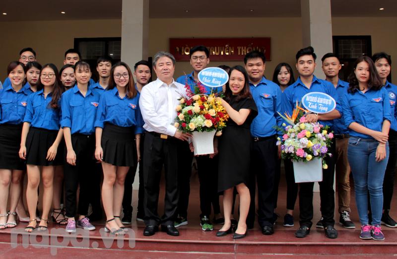 Các đơn vị trong và ngoài Học viện tặng hoa chúc mừng Đồng chí Đặng Xuân Hoan