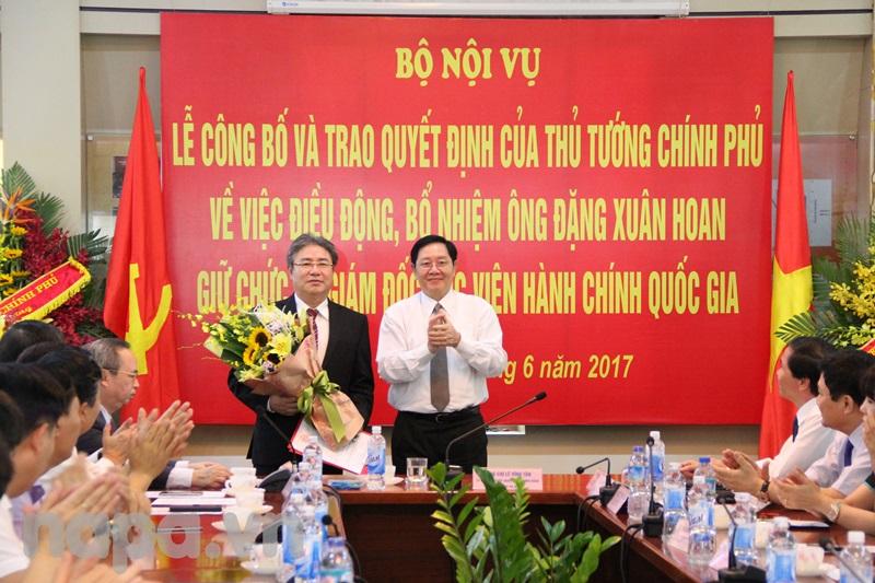 Bộ trưởng Lê Vĩnh Tân trao Quyết định và tặng hoa chúc mừng tân Giám đốc Học viện