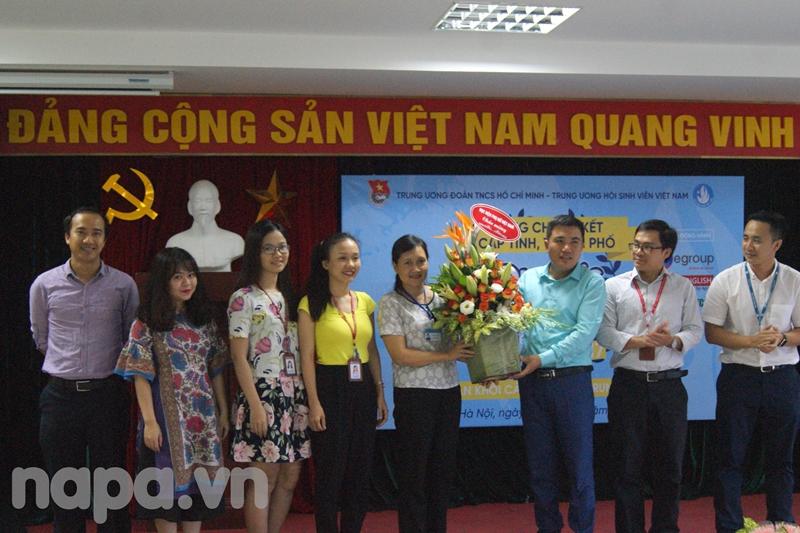 Đoàn Khối tặng hoa cảm ơn Lãnh đạo đơn vị đăng cai tổ chức cuộc thi