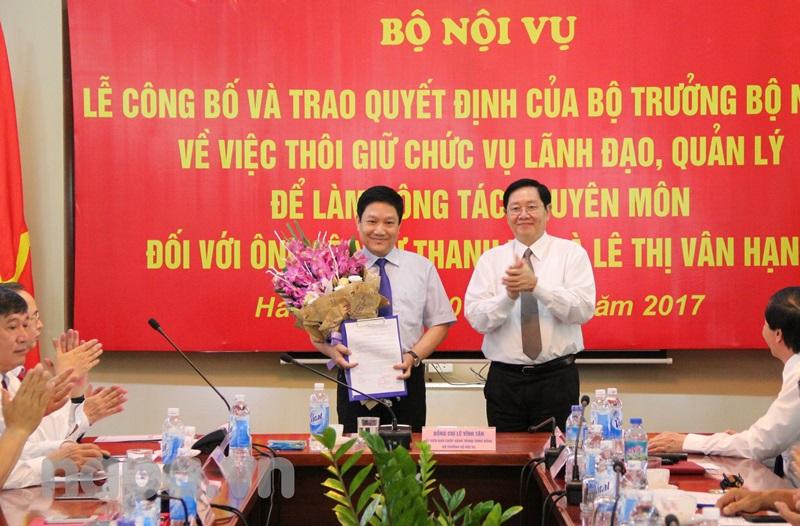 Bộ trưởng Lê Vĩnh Tân trao Quyết định và tặng hoa cho TS. Lê Như Thanh