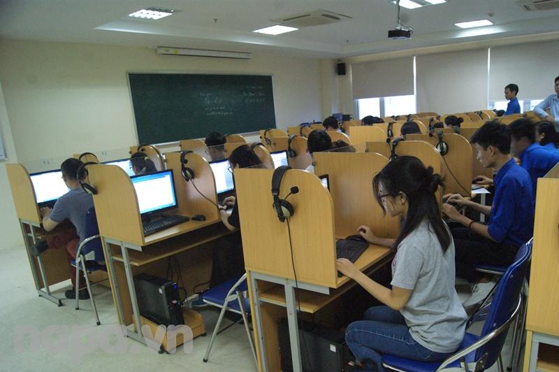 Các thí sinh nghe phổ biến thể lệ cuộc thi và tham gia thi trực tuyến