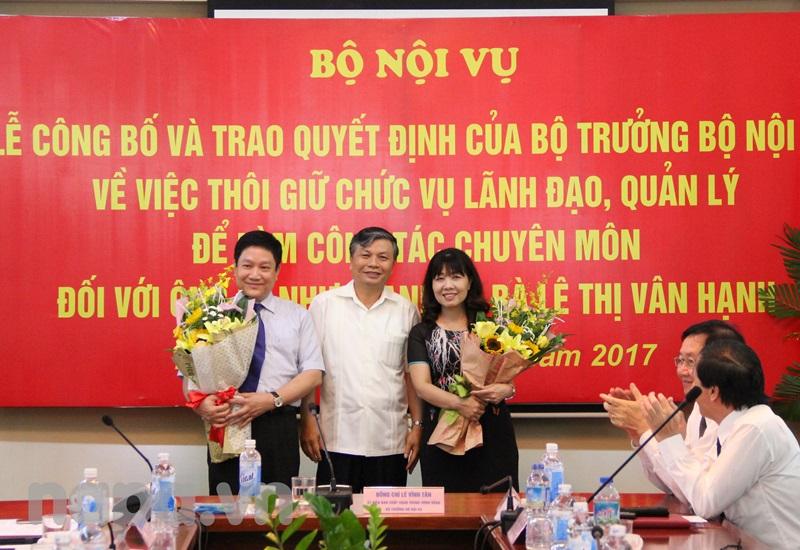 Thứ trưởng Nguyễn Trọng Thừa tặng hoa cho TS. Lê Như Thanh và PGS.TS. Lê Thị Vân Hạnh