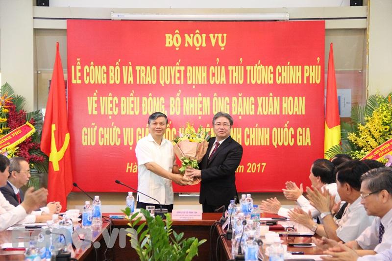 Thứ trưởng Nguyễn Trọng Thừa tặng hoa chúc mừng Đồng chí Đặng Xuân Hoan