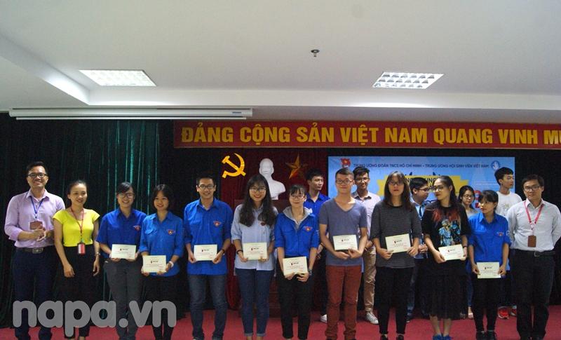 Ban Tổ chức trao giải khuyến khích cho các thí sinh
