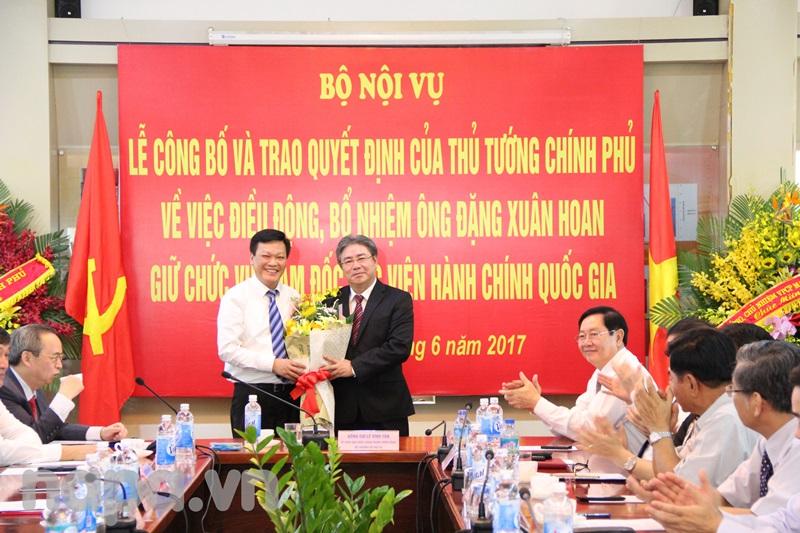 Thứ trưởng Nguyễn Duy Thăng tặng hoa chúc mừng Đồng chí Đặng Xuân Hoan