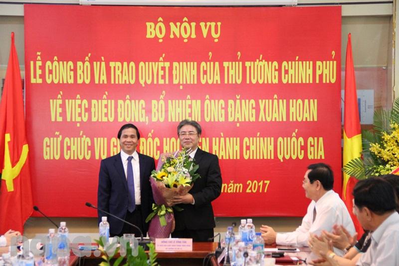 Thứ trưởng Triệu Văn Cường tặng hoa chúc mừng Đồng chí Đặng Xuân Hoan