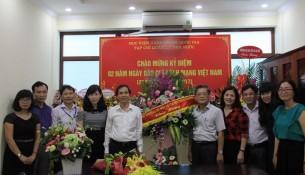 PGS. TS. Triệu Văn Cường chúc mừng cán bộ, biên tập viên Tạp chí.