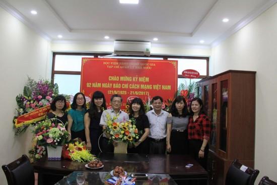 PGS. TS. Lê Thị Vân Hạnh chúc mừng cán bộ, biên tập viên Tạp chí.