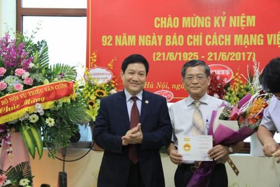 TS. Lê Như Thanh trao kỷ niệm chương cho PGS.TS. Lưu Kiếm Thanh.