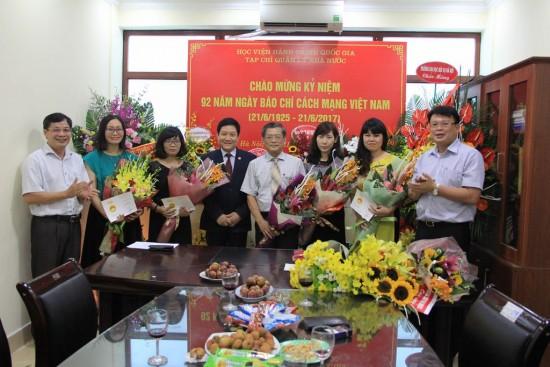 TS. Lê Như Thanh chúc mừng các nhà báo được trao kỷ niệm chương.