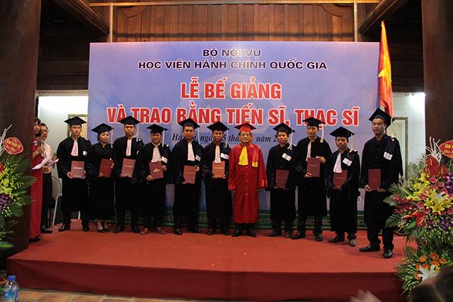 Lãnh đạo Học viện trao bằng cho các tân tiến sĩ, tân thạc sĩ