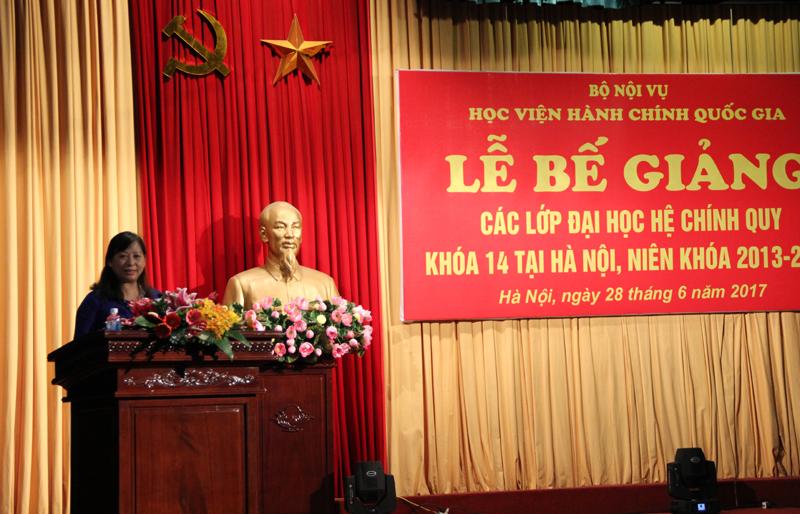 ThS. Phạm Thị Lợi – Phó Trưởng Ban đào tạo công bố các quyết định tốt nghiệp đối với Đại học chính qui Khóa 14, công bố quyết định công nhận thủ khoa và á khoa của khóa học