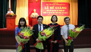 Đại diện sinh viên toàn khóa gửi tặng lời tri ân đến Ban Giám đốc Học viện