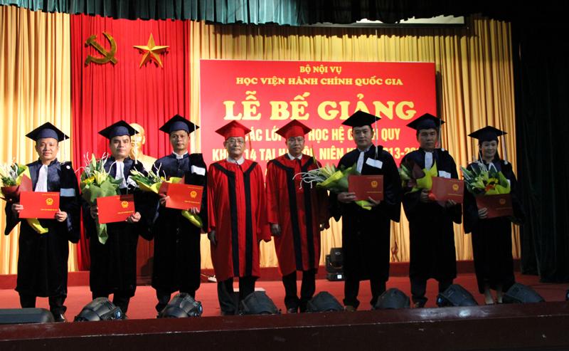 Lãnh đạo Học viện trao bằng cho các sinh viên Lào