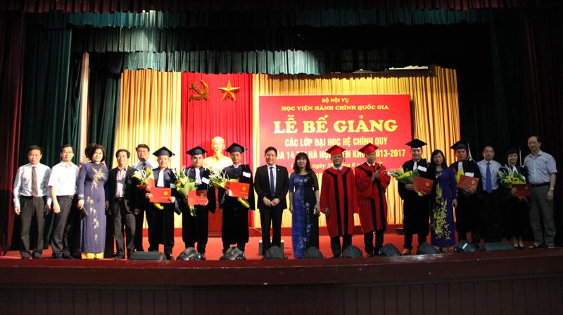 Các sinh viên Lào chụp ảnh lưu niệm cùng thầy cô