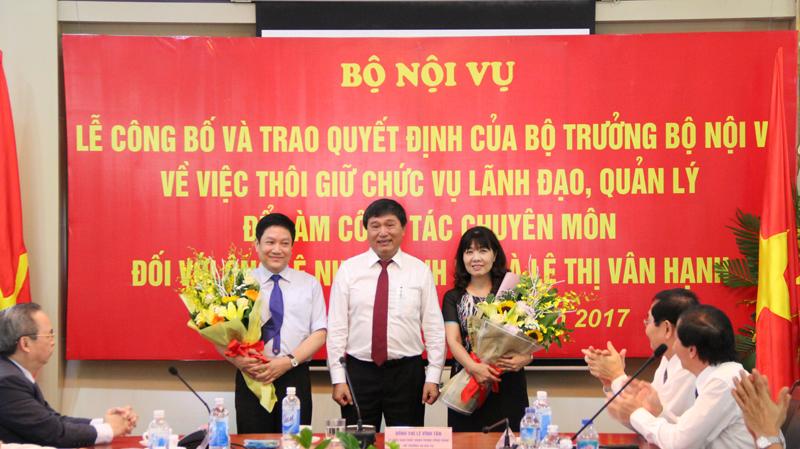 Đồng chí Nguyễn Đức Bình tặng hoa chúc mừng tân Giám đốc Học viện