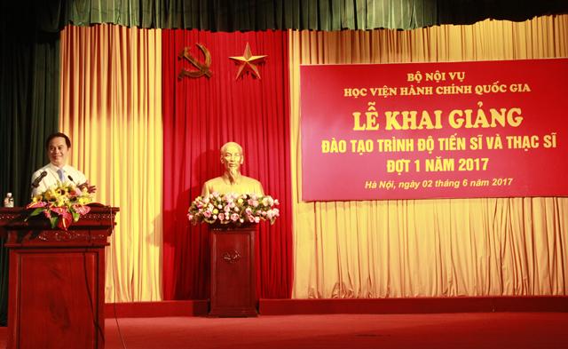 Tân NCS Lê Hữu Toản đại diện cho các tân NCS phát biểu cảm tưởng tại buổi lễ
