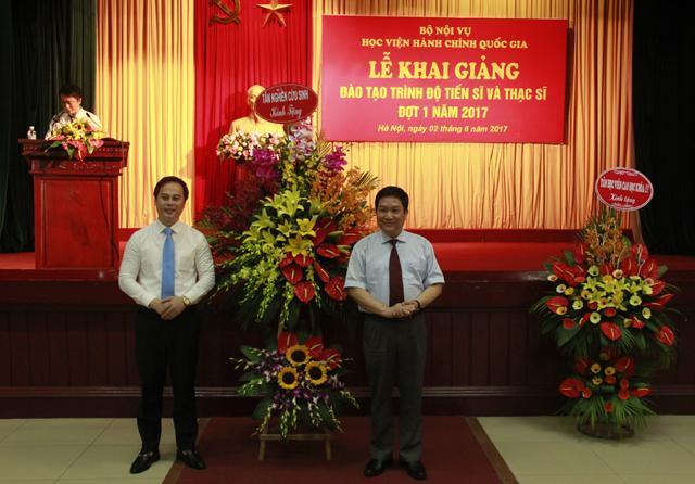 Đại diện Tân NCS gửi tặng lẵng hoa tươi thắm đến Lãnh đạo Học viện