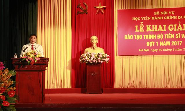 Học viên Vũ Hồng Quang đại diện cho các tân học viên cao học phát biểu cảm tưởng tại buổi lễ