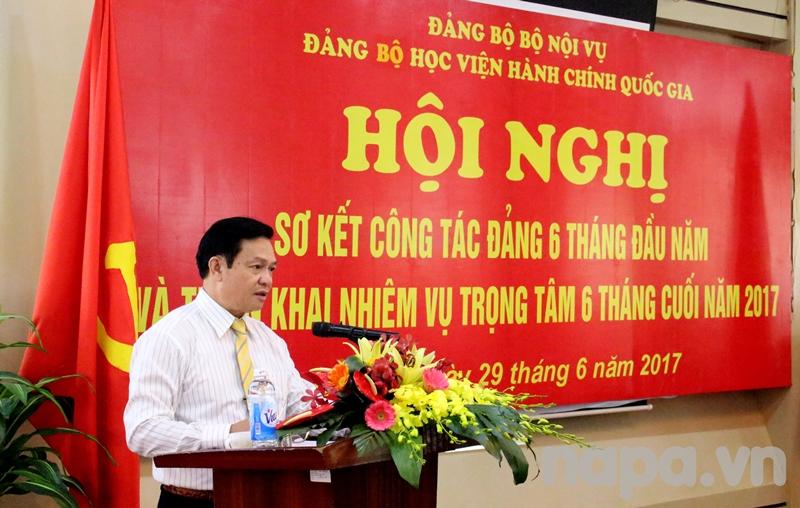 Đồng chí Hoàng Quang Đạt – Phó Bí thư Đảng ủy Học viện trình bày dự thảo báo cáo công tác 6 tháng đầu năm, phương hướng, nhiệm vụ 6 tháng cuối năm 2017