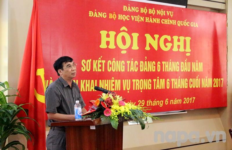 Đồng chí Ngô Văn Trân – Bí thư Chi bộ cơ sở miền Trung phát biểu tham luận tại Hội nghị