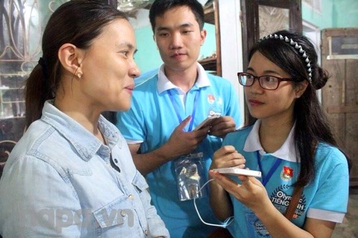 Hà Thư và các bạn trong nhóm phỏng vấn người dân tại Hội An để phục vụ bài thi thuyết trình