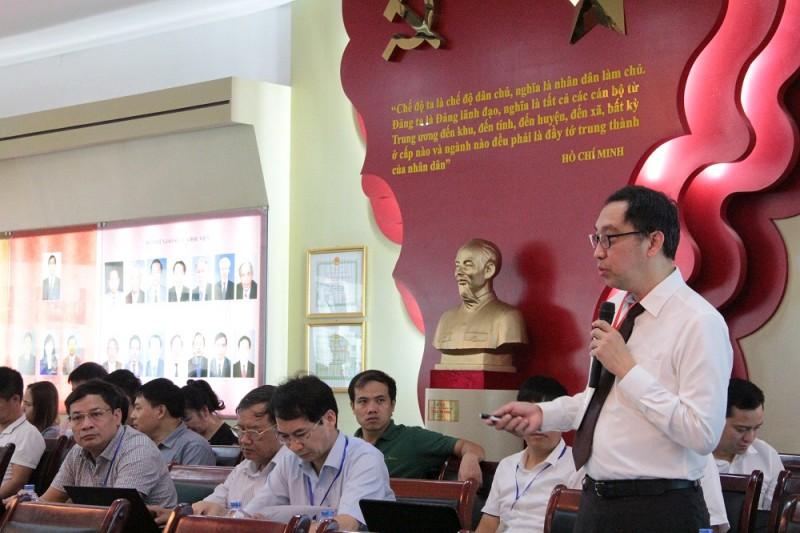 PGS.TS. Eduardo Araral – Phó Giám đốc Trường Chính sách công Lý Quang Diệu trình bày tham luận tại Hội thảo