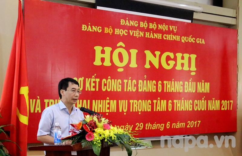 Đồng chí Lương Thanh Cường – Bí thư Chi bộ Khoa Nhà nước và Pháp luật phát biểu tham luận tại Hội nghị
