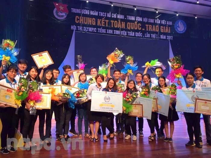 Các thí sinh đạt giải chụp ảnh lưu niệm