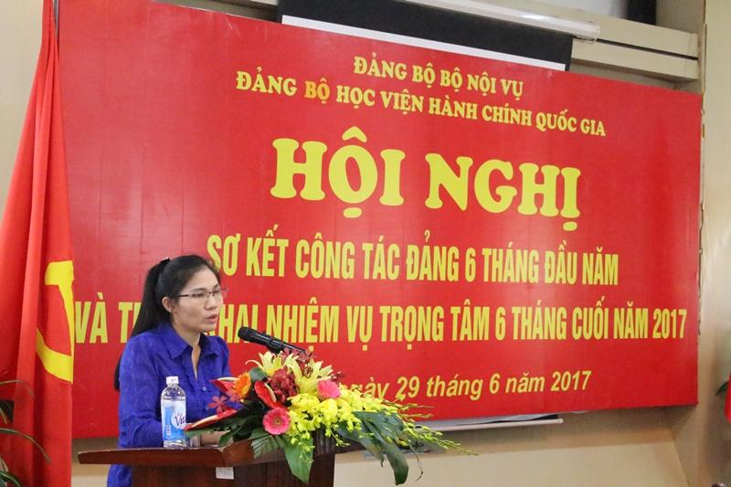 Đồng chí Cấn Thị Bích - Ủy viên Ban Chấp hành Đảng bộ Bộ, Phó Trưởng Ban Tổ chức Đảng ủy Bộ Nội vụ phát biểu tại Hội nghị