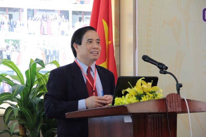 GS.TS. Vũ Minh Khương – Trường Chính sách công Lý Quang Diệu trình bày tham luận tại Hội thảo